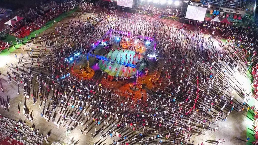 現場觀眾牽手共跳大會舞,帶動民眾參與原住民族文化的熱情,掀起千人群舞的大會高潮!(圖/花蓮縣政府提供)